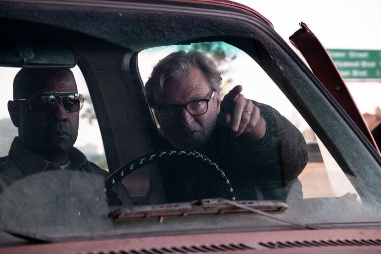 《細物警探》導演約翰李漢考克於片場執導演員。