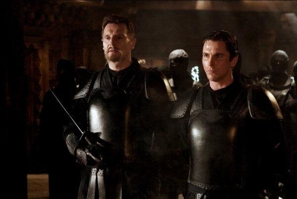 電影 《 蝙蝠俠 : 開戰時刻 》反派角色 連恩尼遜(圖左)