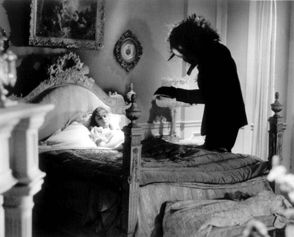 當年的「密室謀殺案」:《變蠅人重生》電影劇照,巨大的蒼蠅頭是最明顯的特徵。
