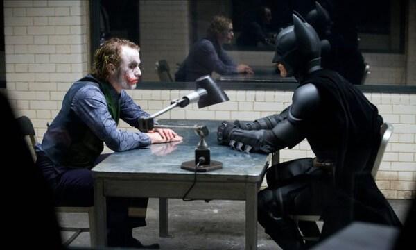 電影 《 黑暗騎士 》反派角色 小丑 (圖左,由 希斯萊傑 飾演) 蝙蝠俠 (圖右)