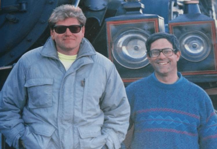 《回到未來》劇本由鮑勃蓋爾與導演勞勃辛密克斯共同執筆。