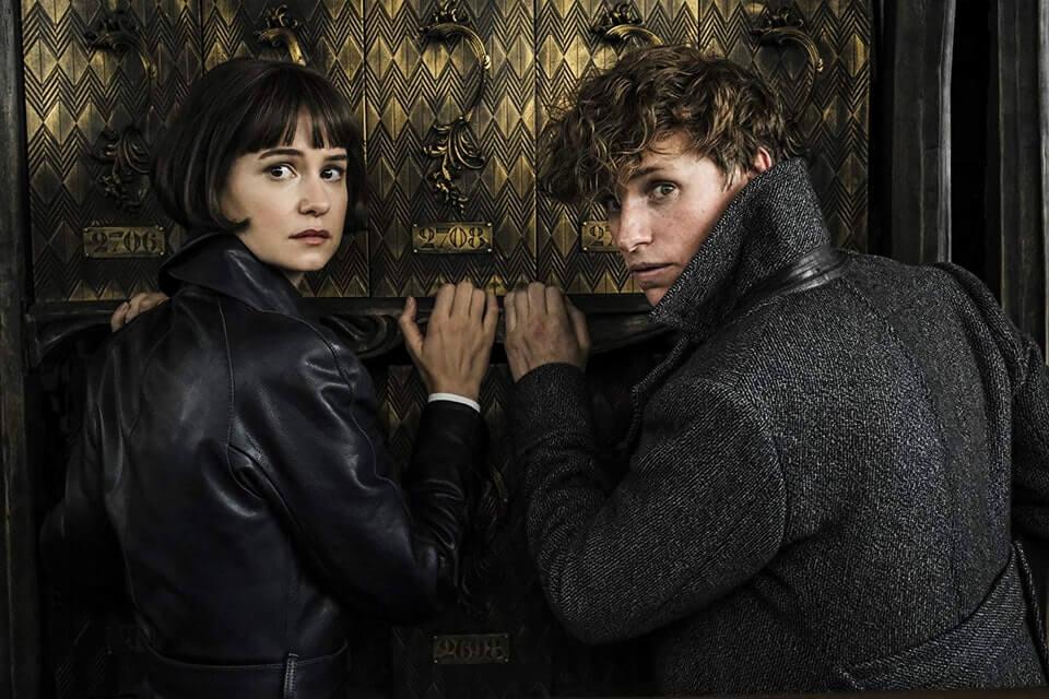 《怪獸與葛林戴華德的罪行》中,法國魔法部的黑貓魔讓紐特等人疲於應付。