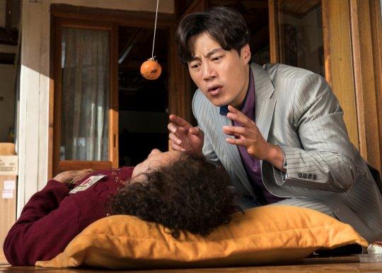 李熙俊在劇中不僅得照顧因車禍受重傷的女兒,還得顧及年邁的母親