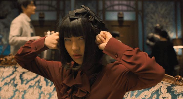 演出推理小說改編電影《屍人莊殺人事件》的濱邊美波。