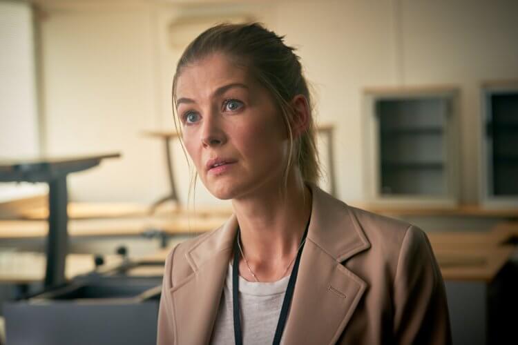 曾入圍金球獎最佳女主角,《007:誰與爭鋒》《私人戰爭》羅莎蒙派克將在《無間行動》中飾演 FBI 的冷面主管。