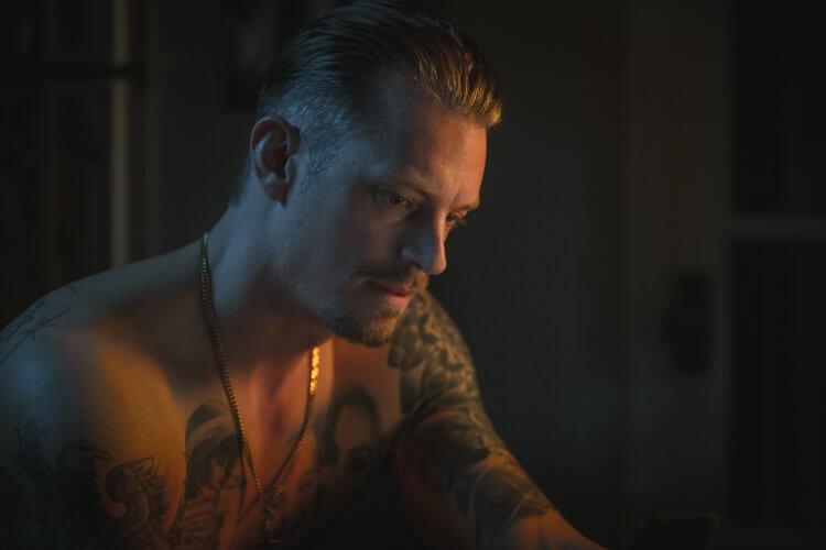 臥底犯罪小說《三秒風暴》改編電影《無間行動》即將在台上映,《碳變》《自殺突擊隊》性格男星喬爾金納曼將擔綱主演本片。