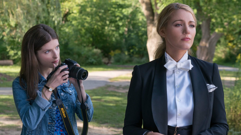 安娜坎卓克與布蕾克萊芙莉在《失蹤網紅》中飾演看似真摯卻又互藏心機的閨蜜