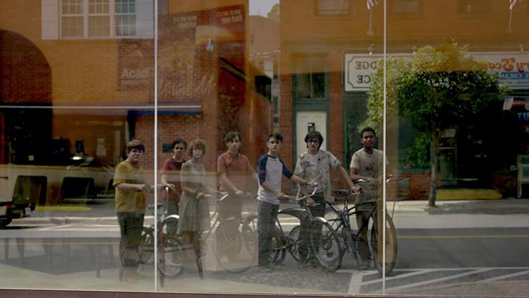 相隔 27 年再次回歸德瑞鎮!魯蛇俱樂部年輕演員們都很樂意拍攝《牠》重啟版首圖