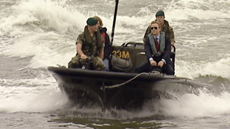 《成為詹姆士龐德》:007穿救生衣真是遜斃了