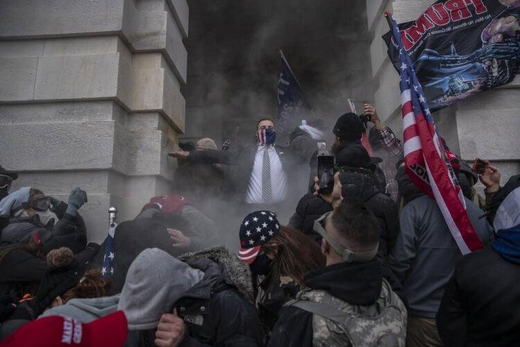 示威者闖入美國國會大廈,爆發警民衝突。
