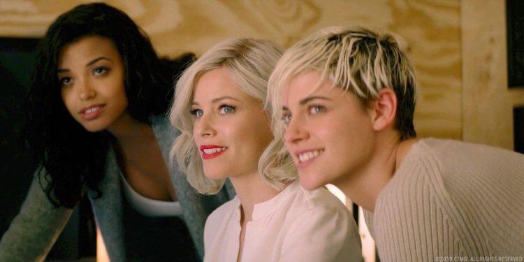 《霹靂嬌娃》導演伊莉莎白班克斯也在電影中演出(中)。