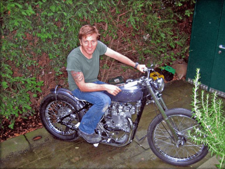 伊旺麥奎格與心愛的摩托車。