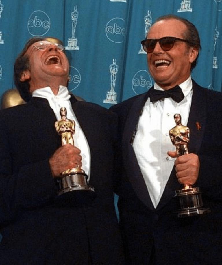 1998 年的奧斯卡頒獎典禮,傑克尼克遜以《愛在心裡口難開》奪下「最佳男主角」獎,身旁是「最佳男配角」獎得主羅賓威廉斯。