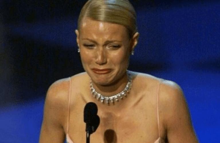 葛妮絲派特洛在奧斯卡頒獎典禮上痛哭失聲