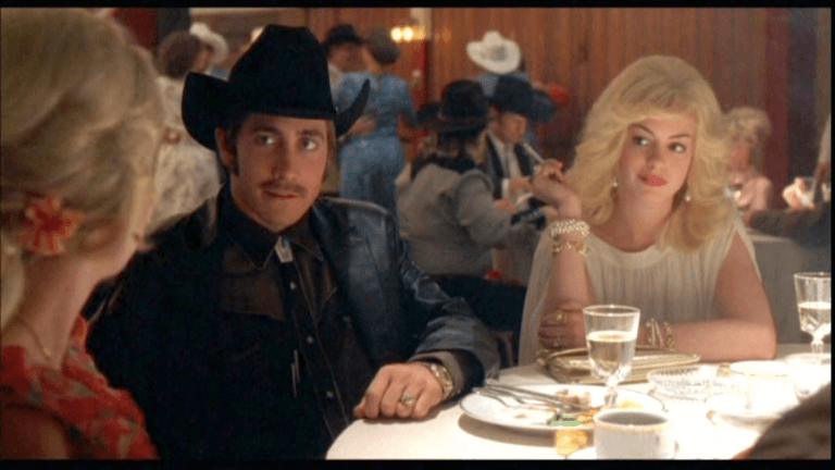 2006 年《斷背山》電影劇照,安海瑟薇在片中飾演性格狂野的美國西部女性。