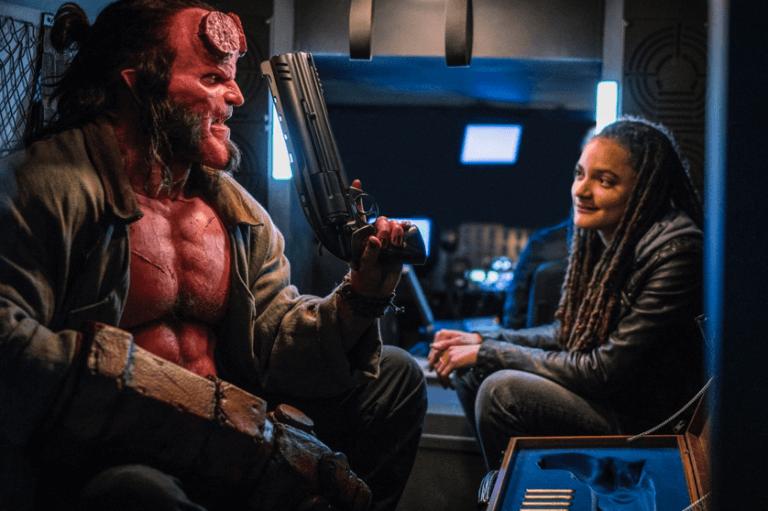 《地獄怪客:血后的崛起》中的地獄男孩(大衛哈伯 飾)與愛麗絲莫娜漢(莎夏蓮恩 飾)。