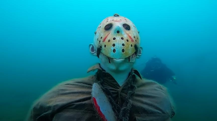 《 13號星期五 》一尊傑森的雕像被放置在亞歷桑納州的普萊森特湖