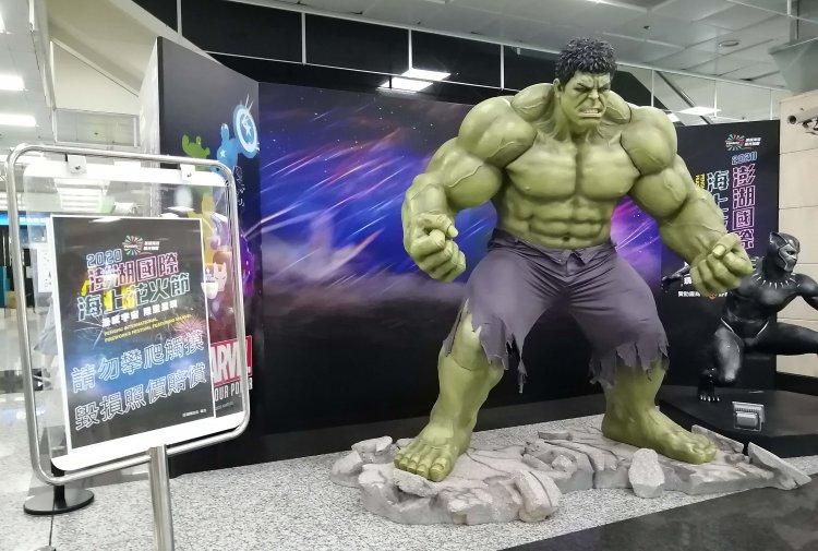 綠巨人浩克與黑豹巨大人像。