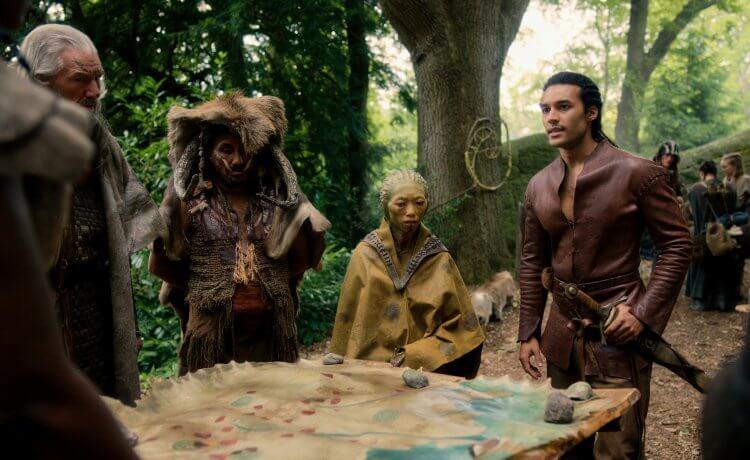Netflix 奇幻影集《天命之咒》中,由凱薩琳蘭福德主演的湖中女神妮妙肩負大任要將神劍交給魔術師梅林。