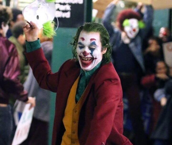 瓦昆菲尼克斯主演的《小丑》。