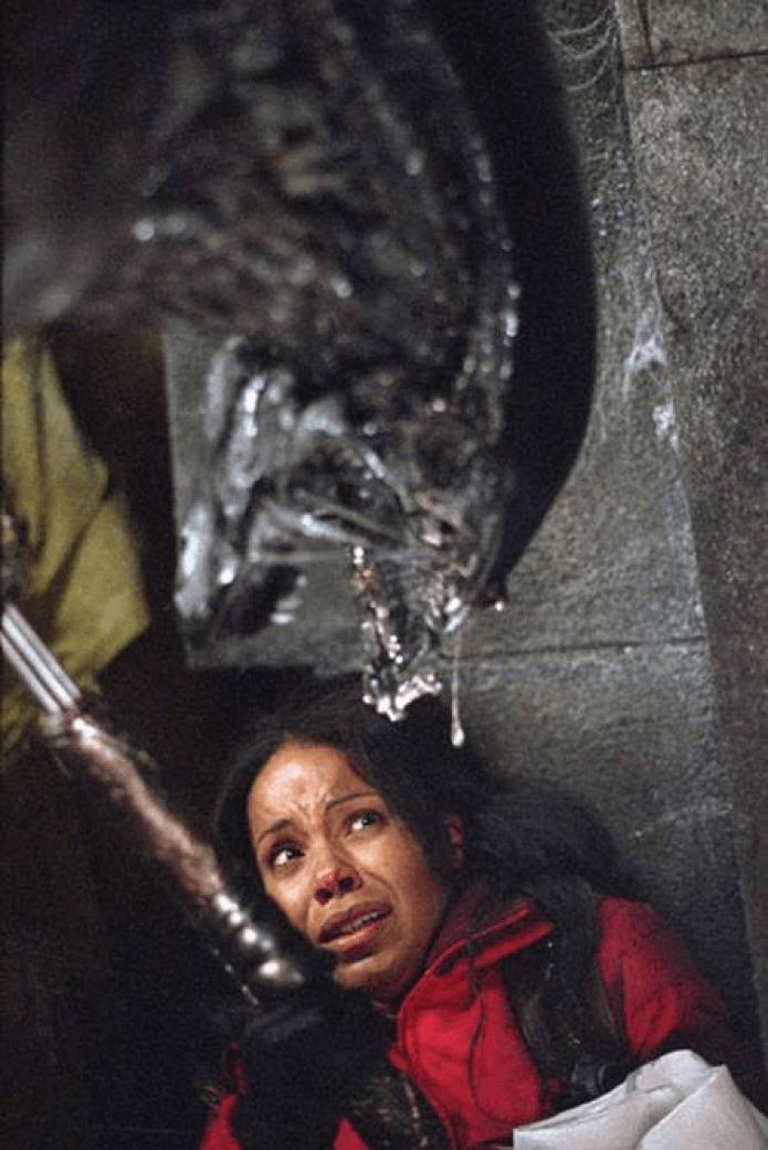 《 異形戰場 》的 阿蕾莎 在 刀疤終極戰士 前意外的殺掉一隻 異形 。