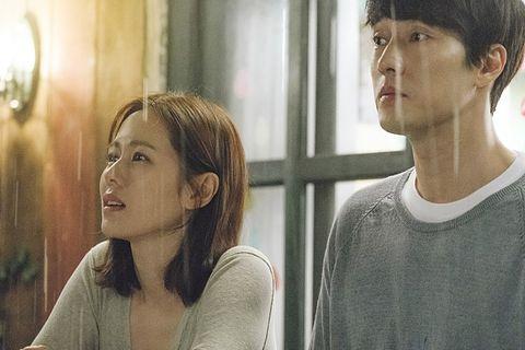 改編自日本電影《現在,很想見你》的韓國電影《雨妳再次相遇》劇照。
