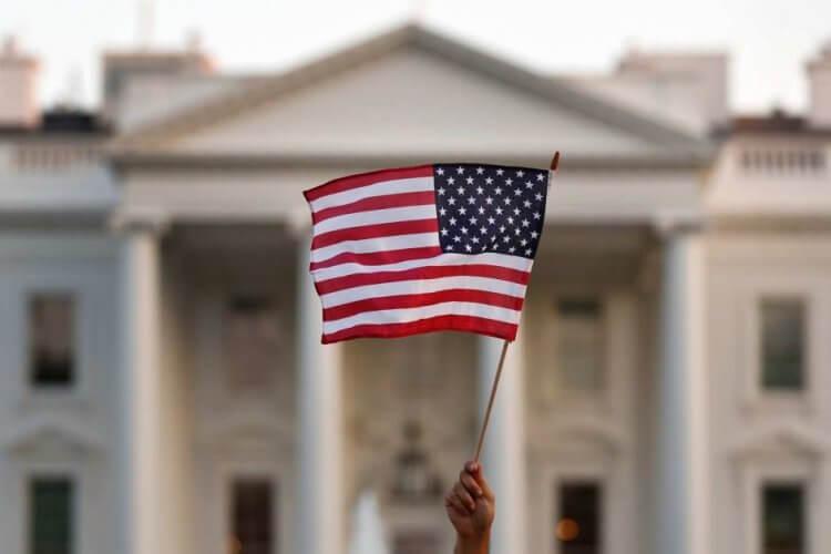 在白宮前揮舞著的美國國旗。