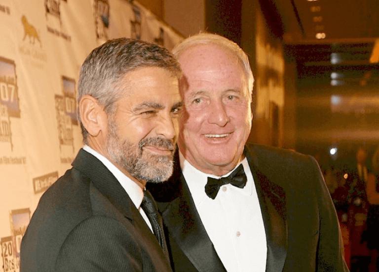 喬治克隆尼與好萊塢傳奇製片人溫特勞勃合影,我們懷念他。