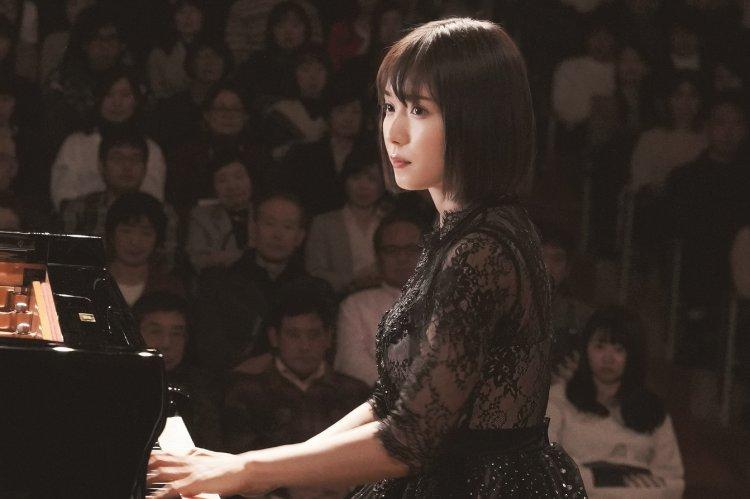 暢銷小說改編的同名電影《蜜蜂與遠雷》女主角由松岡茉優飾演。
