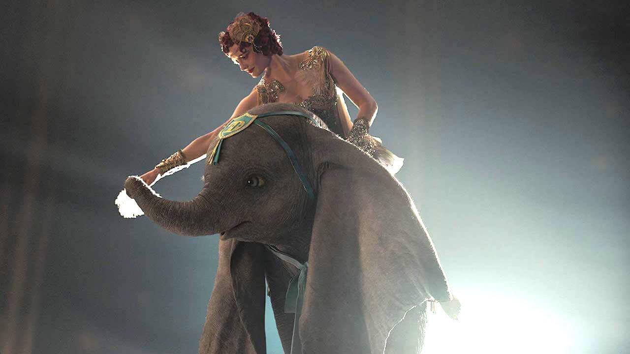 【影評】《小飛象》在提姆波頓操刀的真人版奇幻世界,與呆寶一同展耳翱翔首圖