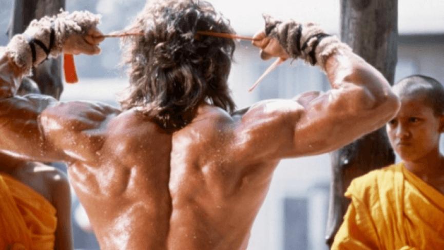 席維絲史特龍 飾演 傳奇英雄 藍波 健壯的身材與背肌