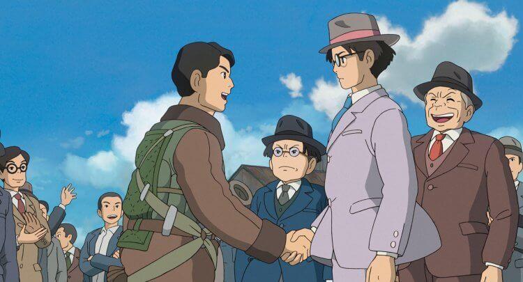 《風起》中身著三件式西裝並戴帽的主角及士紳們劇照。