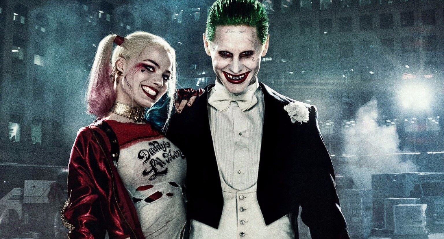 《沙贊!》電影中出現的廢工廠與熟悉 logo 讓故事世界觀與《自殺突擊隊》小丑&哈莉奎茵連結在一起。
