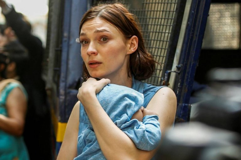 真人真事改編的恐攻題材電影《失控危城》片中,拯救嬰兒的勇敢保姆真正的下場令人不捨。