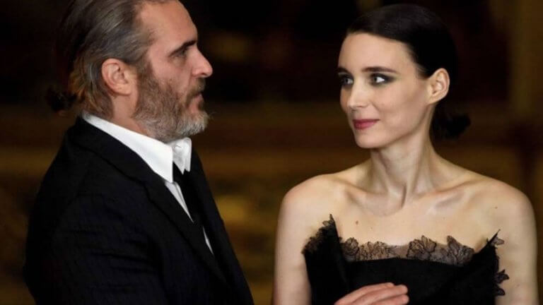 《小丑》瓦昆菲尼克斯獲頒演員成就獎,台上感激已逝哥哥啟蒙、甜蜜告白未婚妻魯妮瑪拉