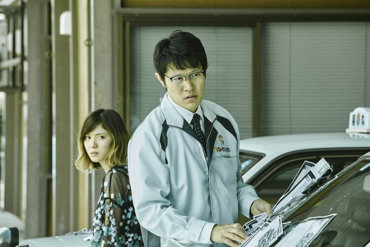 白石和彌執導的《那一夜》中,鈴木亮平、松岡茉優飾演兄妹。