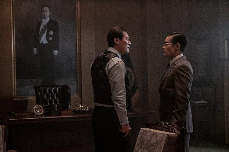 真實事件改編的韓國政治電影《南山的部長們》中,李炳憲飾演的中央情報部部長金規泙與李熙峻飾演的警衛室室長。