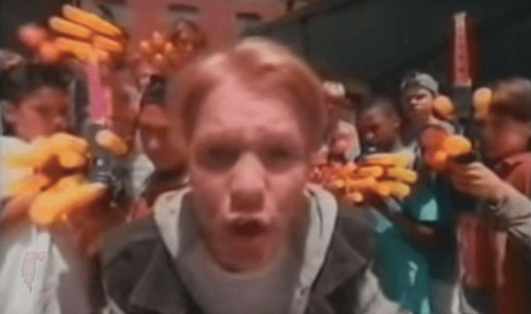 片中出現 90 年代小孩們最喜歡的 NERF 槍
