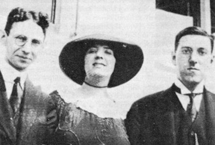影中帶帽子的女性是曾與洛夫克拉夫特有兩年短暫婚姻的妻子索尼婭葛林,她同時是一位作者,出版商與貿易商人。