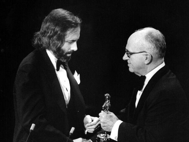 編劇羅伯特唐憑藉《唐人街》的劇本獲得 1975 年奧斯卡最佳原創劇本獎。網飛影集《唐人街》前傳的劇本也將由他撰寫。