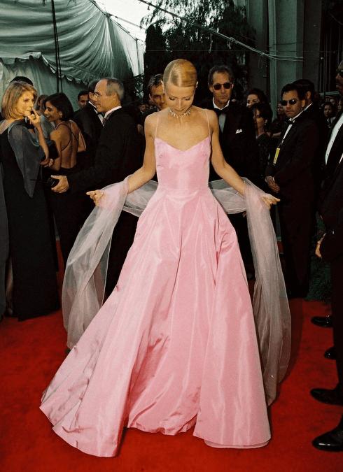 葛妮絲派特洛在奧斯卡頒獎典禮上穿著雷夫羅倫(Ralph Lauren)粉紅色公主洋裝