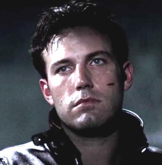 2003年那時拍攝《夜魔俠》的班艾佛列克在戴上特製的盲人隱形眼鏡後是真的會看不清楚了......