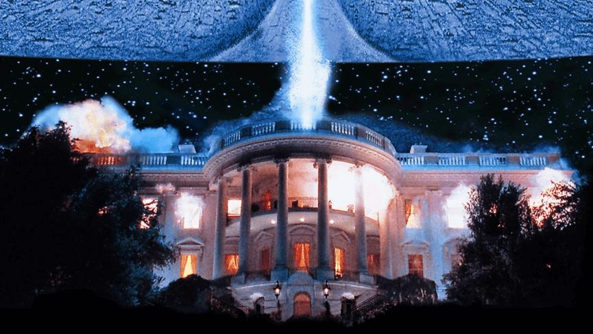 羅蘭艾默瑞奇 導演 在《 ID4 星際終結者 》連白宮都給炸了,在當時沒人比他更適合拍災難片了。