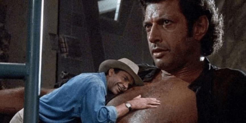 網友創意合成 亞倫葛蘭特博士 (山姆尼爾 飾演) 癡笑地趴在 傑夫高布倫 肚子上的 迷因 劇照。