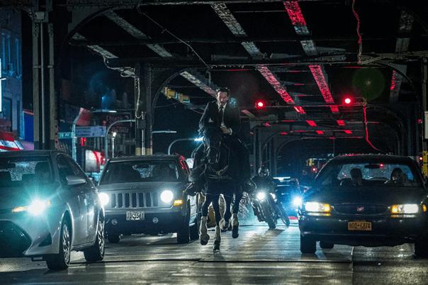 影評《捍衛任務 3:全面開戰》,這是獻給動作電影迷的一封情書。圖為騎馬穿越車陣的殺神「基哥」基努里維。