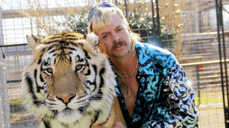 Netflix 紀錄片影集《虎王》(Tiger King) 講述動物園園長「異國喬」的故事。