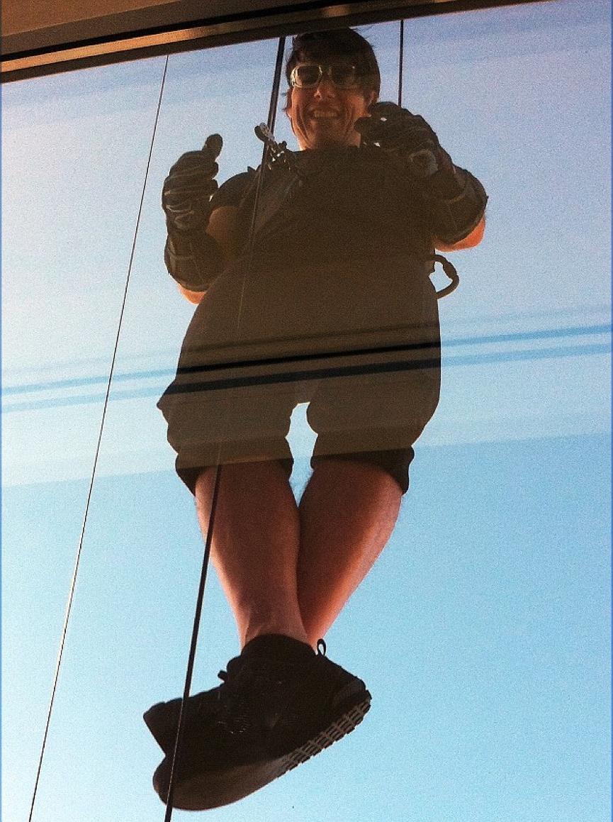 《 不可能的任務4 》挑戰在哈里發塔垂吊的阿湯哥。