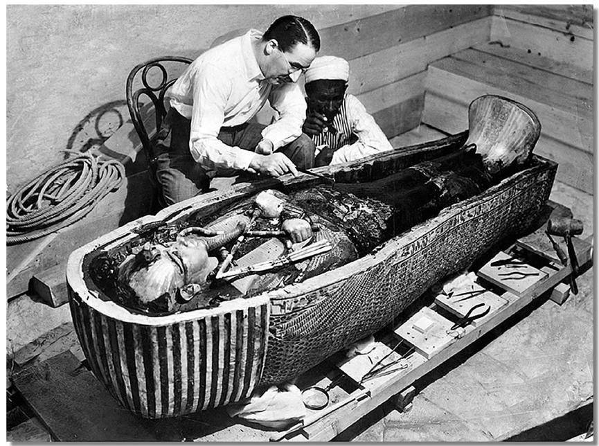 正在檢驗 圖坦卡門 棺材的 霍華德卡特 。