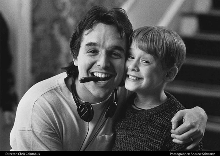 1990 年賣座電影《小鬼當家》麥考利克金(右)與導演克里斯哥倫布(左)。