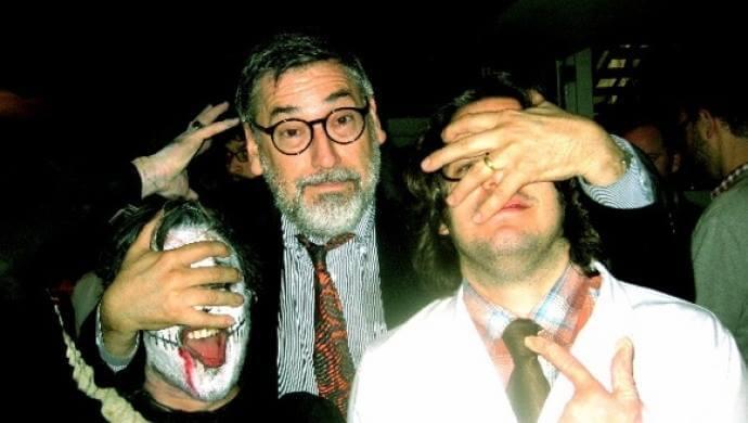 艾德格萊特2009年參加萬聖節扮裝秀,不客氣摀住他臉的鬍子大叔,正是經典恐怖狼人電影《美國狼人在倫敦》導演,約翰藍迪斯。